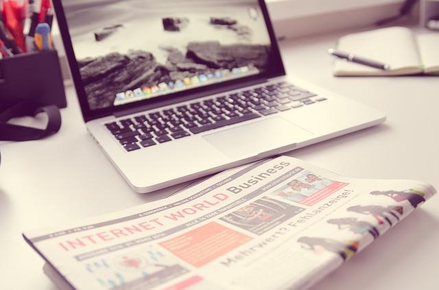 Komputer i gazeta na stole